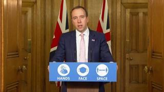 Le lacrime per i vaccini, l'annuncio della nuova variante: chi è Matt Hancock, ministro della Sanità britannico