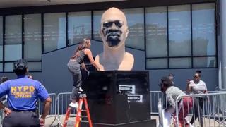 Imbrattata di vernice la statua di George Floyd a New York