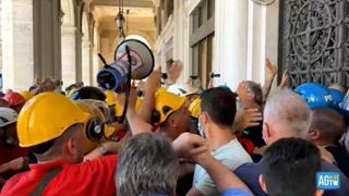 Genova, terzo giorno di sciopero per i lavoratori ex Ilva: tensioni con la Polizia