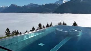 Vorreste essere qui? La piscina a sfioro a mille metri di quota (con vista sulle montagne svizzere)