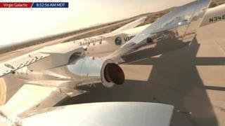 Il decollo della navicella spaziale con a bordo il miliardario Richard Branson