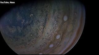 La Nasa pubblica le immagini di Giove e Ganimede, la sua luna più grande