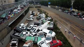 Alluvione in Cina, le macchine impilate bloccano l'autostrada sommersa dal fango