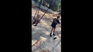 Alena Seredova, i figli si divertono sull'altalena