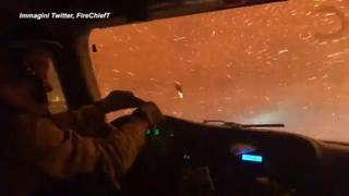 Le immagini di un camion dei pompieri che attraversa gli incendi della California