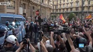 Protesta contro il G20 a Napoli: i manifestanti lanciano gavettoni sulla polizia