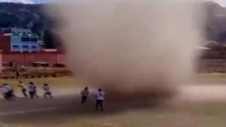 «Ha inghiottito l'arbitro!»: un diavolo di sabbia interrompe una partita di calcio in Bolivia