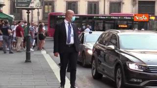 Draghi saluta i curiosi fuori da Palazzo Chigi