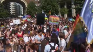 Migliaia di persone al pride di Budapest contro il referendum di Orban