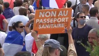 Parigi, migliaia di persone alla manifestazione contro il pass sanitario