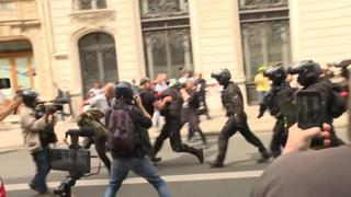 Parigi, protesta contro il pass sanitario: scontri tra Polizia e manifestanti
