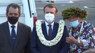 Macron in visita in Polinesia, una corona di fiori al suo arrivo