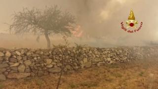 Roghi nell'Oristanese: cinque canadair, un elicottero e squadre a terra per combattere le fiamme