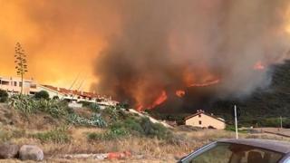 Emergenza incendi in Sardegna, l'impressionante muro di fuoco a Porto Alabe: centinaia di evacuati