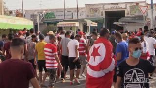 Caos in Tunisia, proteste nelle piazze: il presidente sospende il parlamento