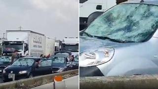 La grandine manda in tilt l'autostrada A1: auto devastate, parabrezza sfondati e code infinite