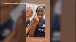 Tokyo 2020, Paola Egonu scherza con le compagne dopo la vittoria