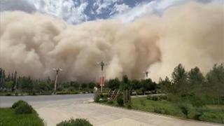 Una tempesta di sabbia travolge Dunhuang, in Cina: le immagini impressionanti