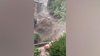 Una cascata d'acqua a Cernobbio rischia di travolgere un auto