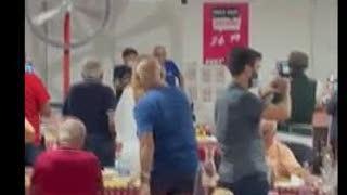 Gianni Morandi canta con i volontari della Festa dell'Unità in provincia di Bologna