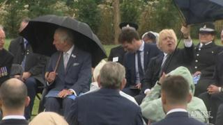 Boris Johnson «litiga» con un ombrello davanti al principe Carlo
