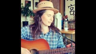 Amanda Knox canta e suona la chitarra chiedendo sostegno economico per i suoi progetti