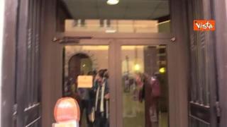 Conte esce dal Palazzo dei Gruppi alla Camera ma la porta non si apre
