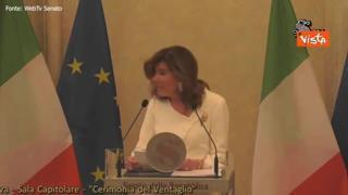 La consegna del ventaglio della stampa parlamentare alla Presidente del Senato Casellati