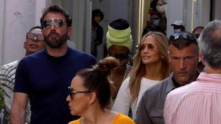 Jennifer Lopez e Ben Affleck in vacanza a Capri, la passeggiata sull'isola
