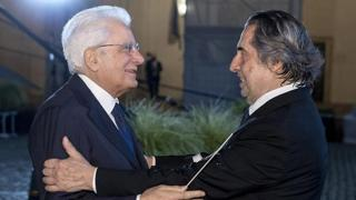 Mattarella al concerto diretto da Muti, il maestro regala la sua bacchetta al presidente