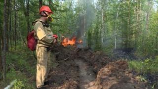 Russia, i vigili del fuoco al lavoro per domare le fiamme in Siberia