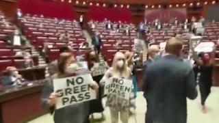 «Green pass», la protesta dei   deputati di Fratelli d'Italia alla Camera: seduta sospesa