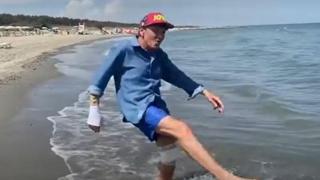 Gianni Morandi, la felicità del cantante al mare