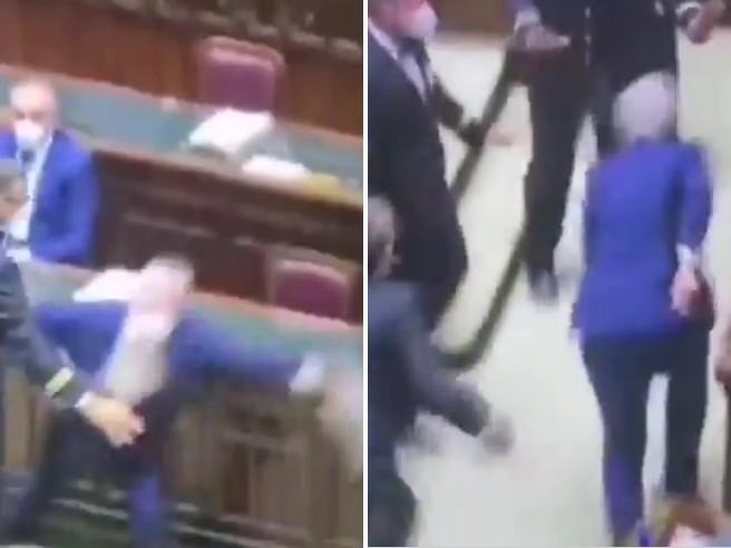 Lo sprint del deputato Mollicone (Fratelli d'Italia) per sfuggire ai commessi della Camera