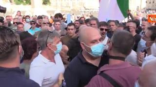 Roma, protesta no green pass, tensioni all'arrivo di Forza Nuova. La polizia forma un cordone