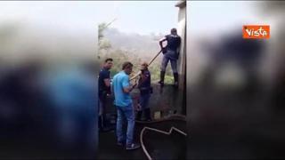 Incendi in Sicilia, la polizia spegne le fiamme con gli idranti