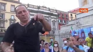 Protesta No green pass a Napoli, mascherine bruciate e minuto di silenzio per De Donno