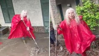 Como, Ivana Spagna spala via il fango dall'ingresso della sua casa