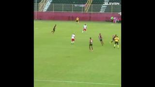 Brasile, in gol con la scivolata acrobatica