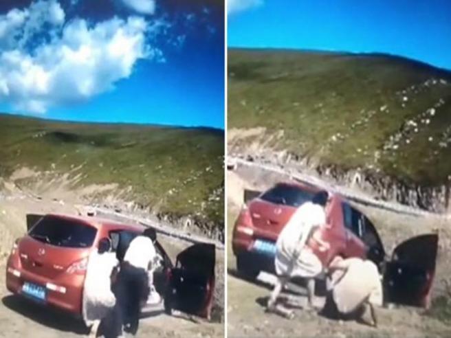 Non tira il freno a mano e la macchina finisce nel dirupo: il video drammatico