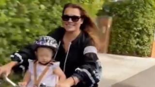 Alena Seredova, l'escursione in bici con la piccola Vivienne Charlotte