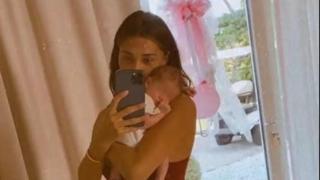Belen Rodriguez tiene in braccio e culla la sua piccola Luna Marì