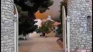 Grecia devastata dagli incendi, abitanti e turisti lasciano l'isola di Evia in barca