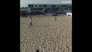 Beach soccer, segna con la mezza rovesciata volante