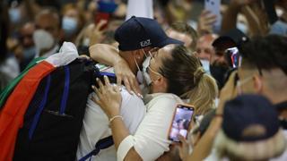 Marcell Jacobs torna in Italia dopo gli ori di Tokyo: la festa in aeroporto e l'abbraccio con la mamma