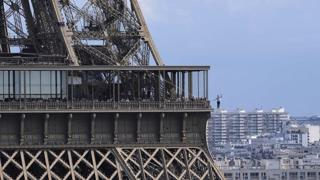 Parigi, l'impresa del funambolo Nathan Paulin: la sua passeggiata dalla Torre Eiffel