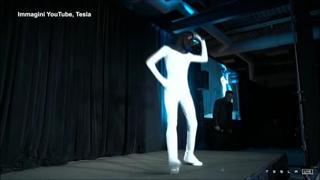 Elon Musk presenta il Tesla Bot: il robot umanoide danza a ritmo di musica