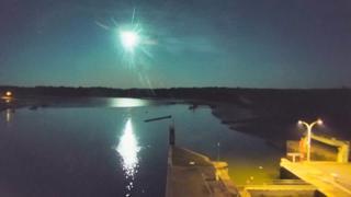 Francia, la webcam cattura lo spettacolare passaggio della meteora in cielo