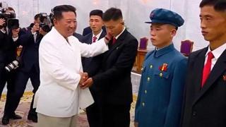 Riappare Kim Jong-un, con la sigaretta in bocca durante la cerimonia ufficiale