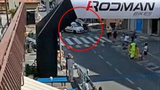 Savona: l'auto piomba sui ciclisti in gara e li travolge, 2 feriti gravi